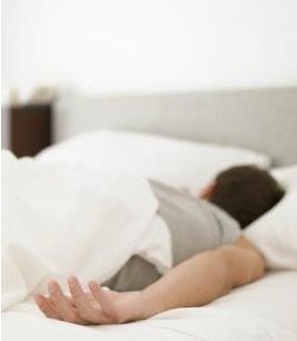هل النوم على البطن مضر بالصحة ؟ - رجل نائم ينام على بطنه