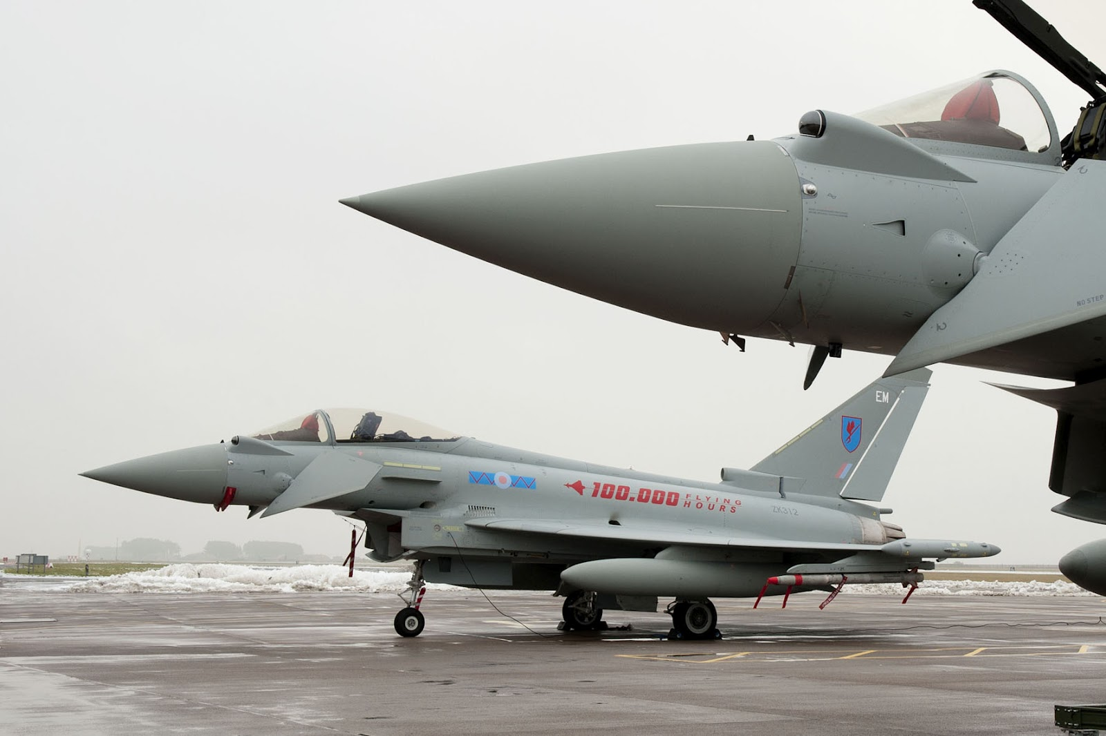 http://3.bp.blogspot.com/-caxHgKojd88/UBPxHiltjPI/AAAAAAAAKxY/LecngvK7fS8/s1600/eurofighter_typhoon_royal_air_force_static.jpg
