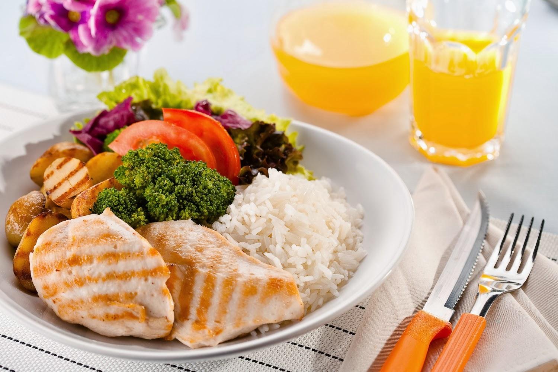 Refeição leve com frango grelhado e brocólis