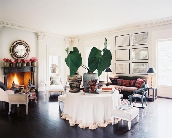 decorar salon con mesa camilla mantel blanco y suelo oscuro