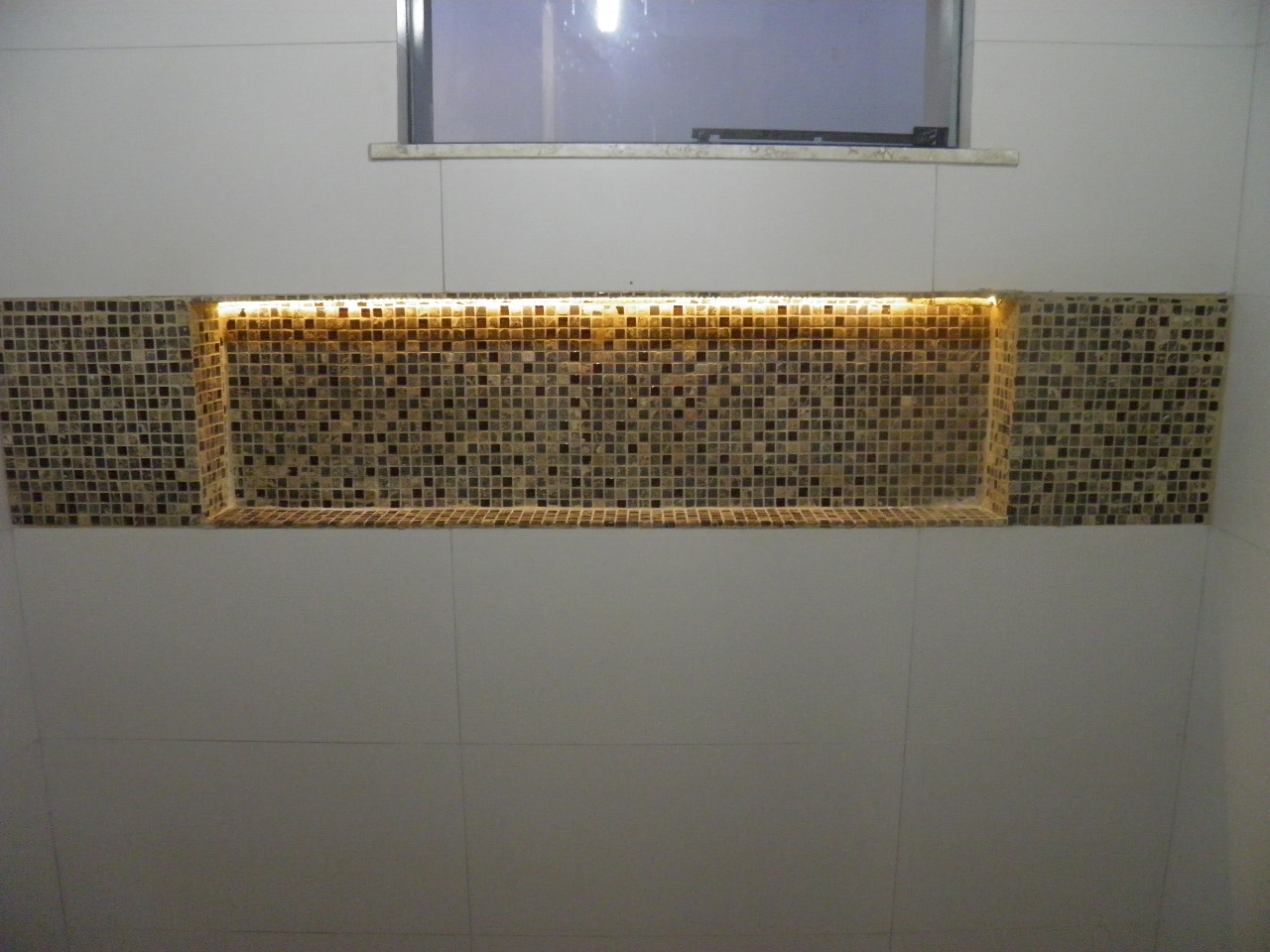 com cimento de amor!: Nicho do banheiro social iluminado com fita led #9B7230 1280x960 Banheiro Com Nicho Como Fazer