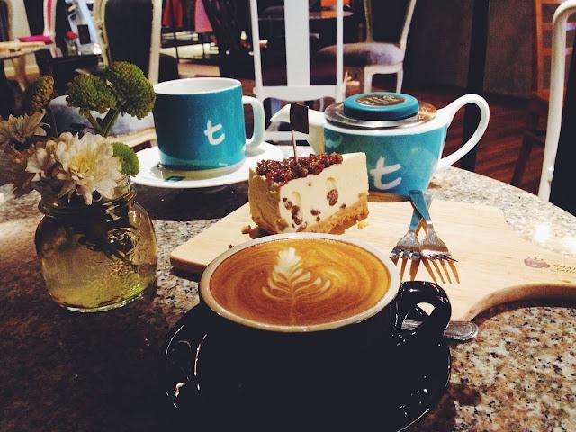 在Chapter Two Coffee & Dessert這較隱密的小角落喝著咖啡吃著蛋糕鬆餅,稍微鬆懈工作上的疲憊和壓力