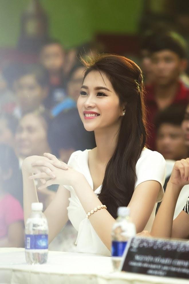 Hoa hậu Đặng Thu Thảo đẹp mơ màng trên 'ghế nóng'|raw