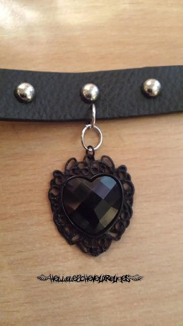 Collier ras de cou gothique resserer le pendentif coeur noir sur le premier collier avec la pince universelle www.hellolescheveuxrouges.com