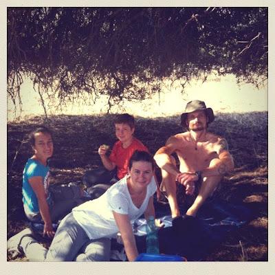 Fre, Paola, Fanbo e Giulia in pausa-pera nel recinto ultimato attorno all'olivastro nella campagna di Monte Pedru, Perfugas, Sassari, Sardegna