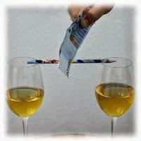 Cortar el palo extendido sobre dos copas con un billete
