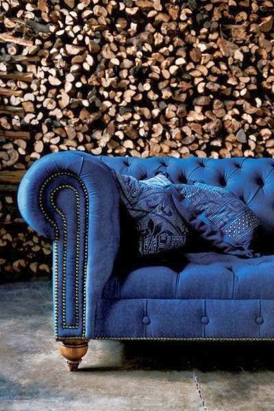 Sofa Chester tapizado en tela de tonos azulados.