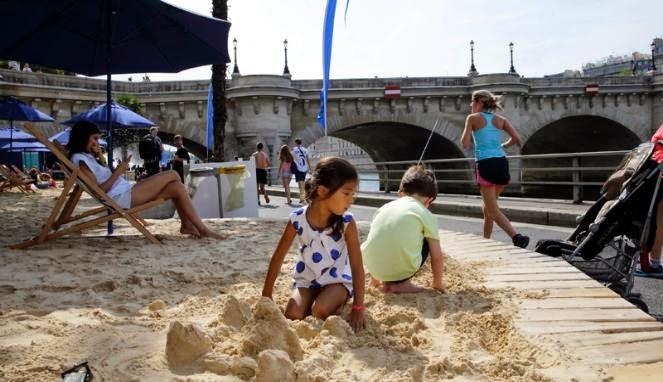 anak kecil bermain pasir