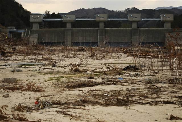 Alcalde japonés tomado por loco, es ahora aclamado como héroe, tras defender a su pueblo del tsunam Diquetsunami
