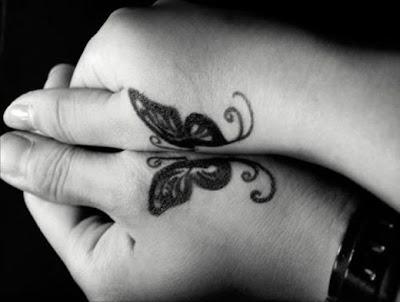 Tatuaje para dos de mariposas en las manos
