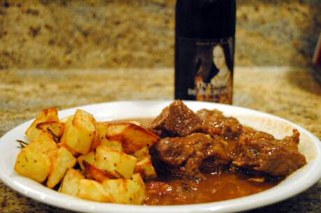 Stoofvlees met bier maken: ui versnipperen en aastoven, vlees dichtschroeien, bier koken en bijvoegen, frieten snijden en bakken, azijn toevoegen aan het stoofvlees en serveren