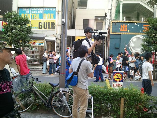 8月27日AKB48前田敦子あっちゃんの卒業式の日にAKB48劇場の周辺で取材?撮影?をするスタッフさん