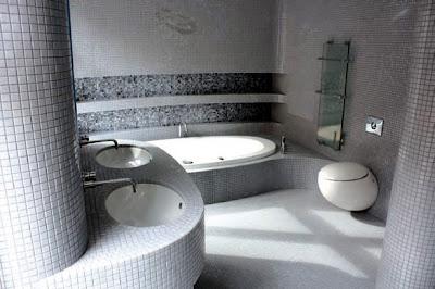 baño decorado con mosaicos