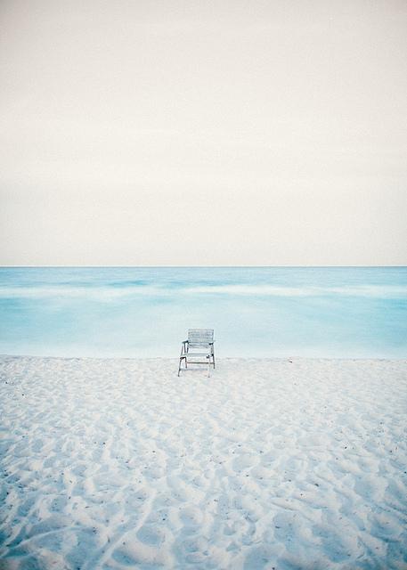 silla vacía en la playa