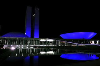 Congresso iluminado de azul.