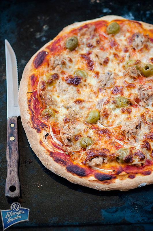 Pizza z tuńczykiem w sosie własnym