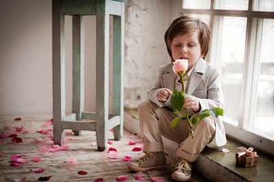 Nio con su rosa - Little boy and his rose