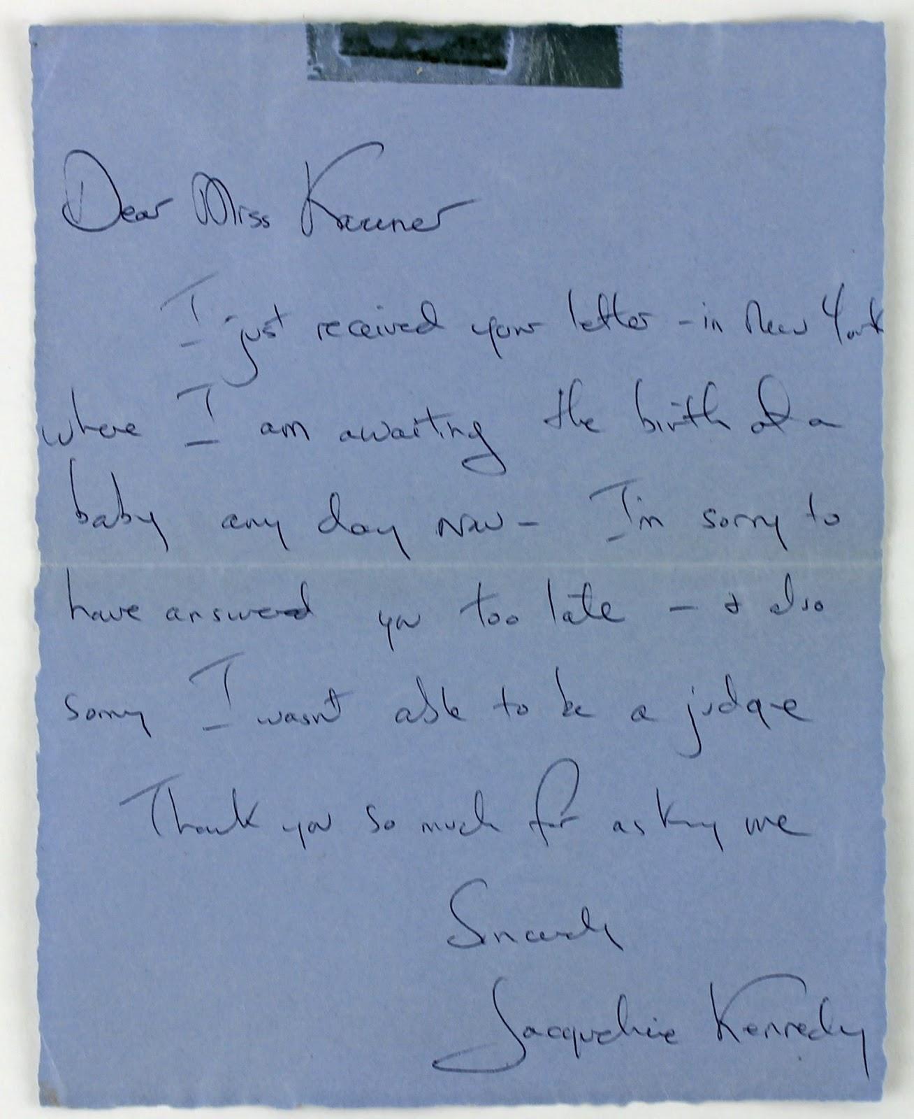 Um jeito manso marilyn monroe e jacqueline kennedy fotografadas uma letra com alguma simplicidade palavras espaadas pensava ao escrever raciocnio organizado estruturado uma escrita lenta inclinada para trs fandeluxe Gallery