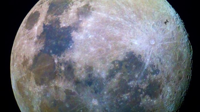 Inilah Foto Menakjubkan Stasiun Luar Angkasa Melintas Bulan