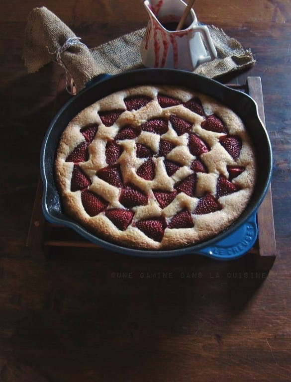 strawberry buttermilk skillet cake with strawberry-Cointreau sauce | une gamine dans la cuisine