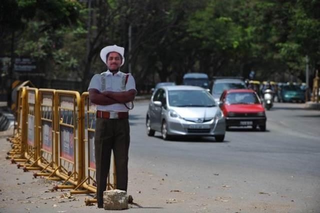 patung kadbod polis mengawal jalanraya di india