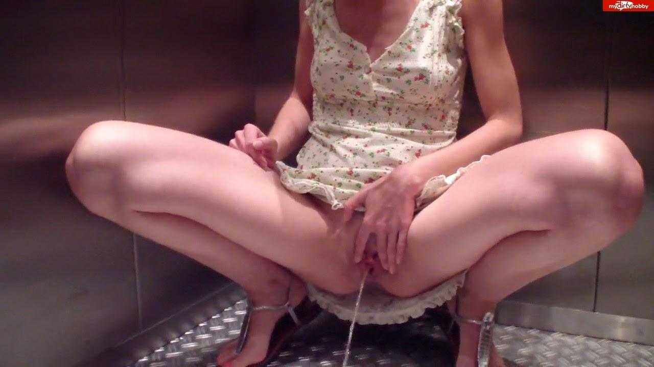 pornopaerchen - Naughty pissing in the elevator!
