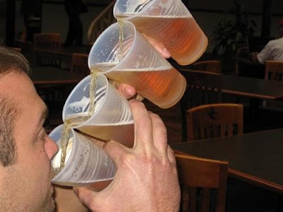 曲芸的ビールの飲み方