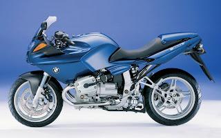 Blauwe BMW motorfiets met zwart zadel en wielen