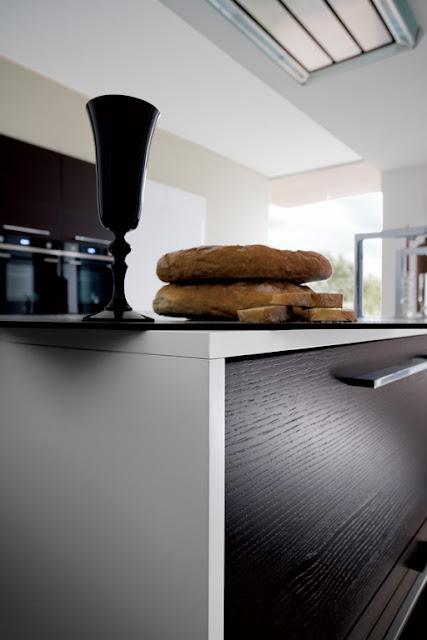 Les finitions des jougs, plans de travail, façades et poignées de cette cuisine design - cuisiniste montpellier