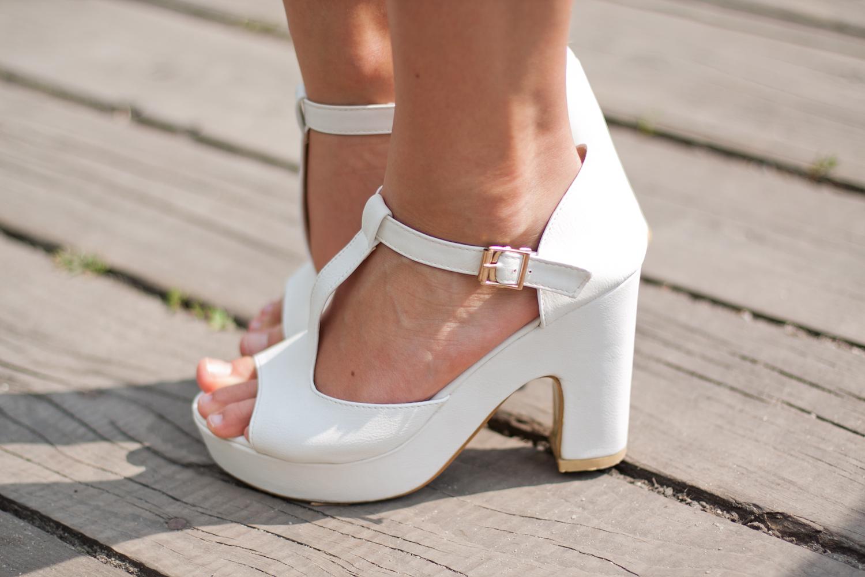 białe sandały na klocku