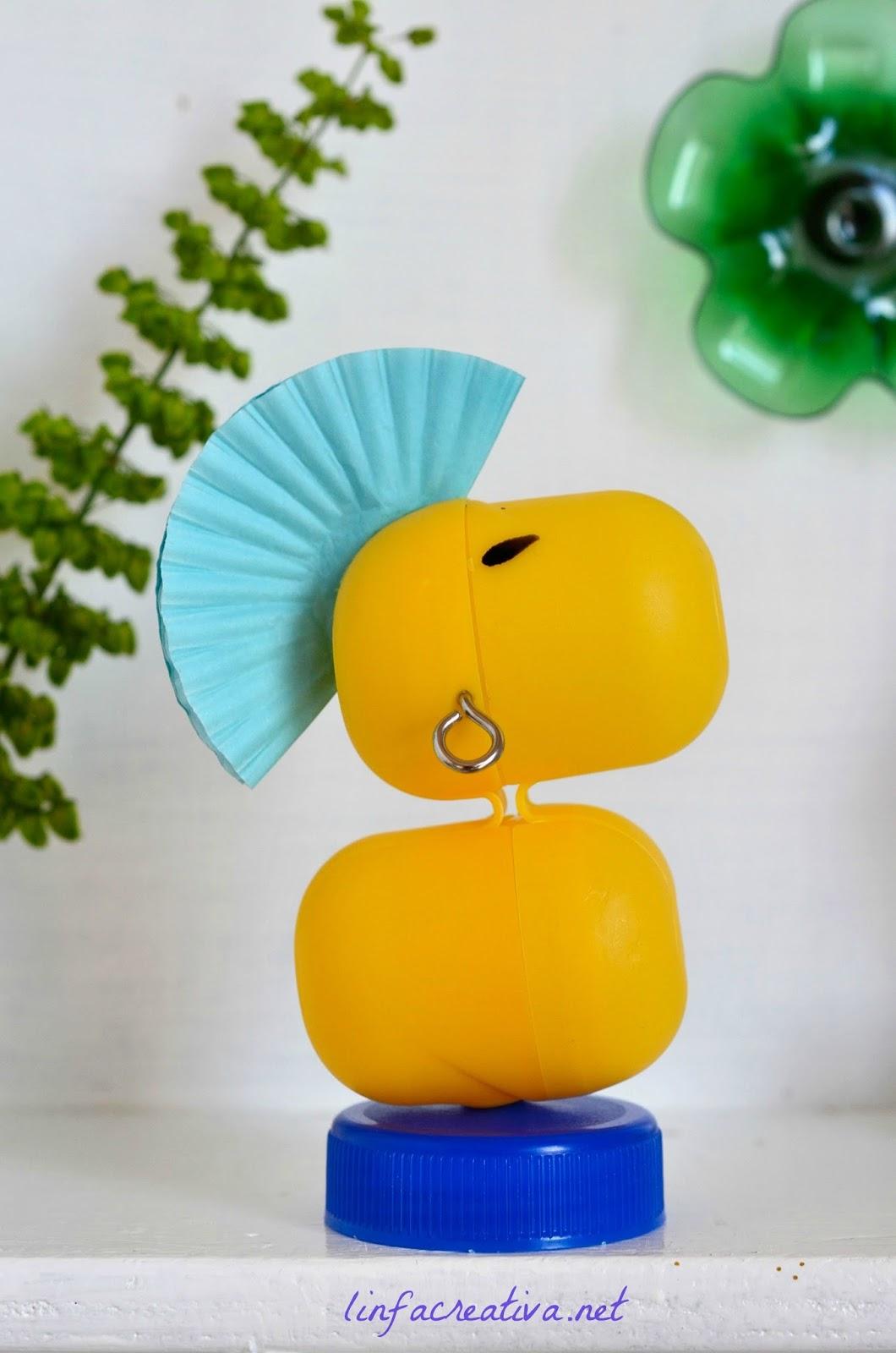 scultura fatta riciclando le capsule degli ovetti Kinder rappesentatnte un uccellino che ricorda Woodstock