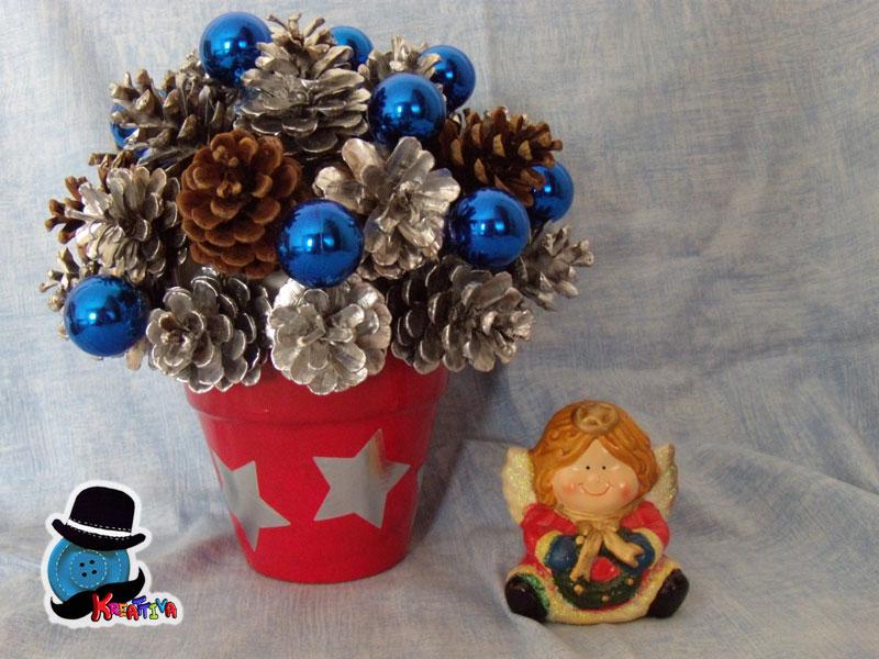 Centro tavola natalizio con pigne e palline kreattivablog - Decorazioni con le pigne per natale ...