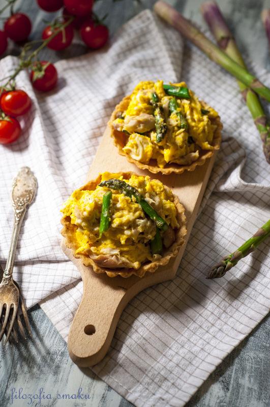 Tarteletki z jajecznicą ze szparagami i makrelą