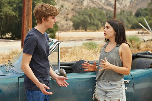 Miles Heizer y Mae Whitman en The Waiting Room