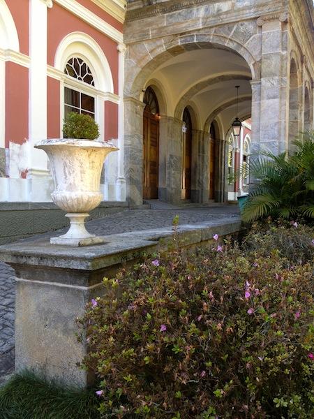 DETALHE PARA VASO E FLORES NA FACHADA DO MUSEU