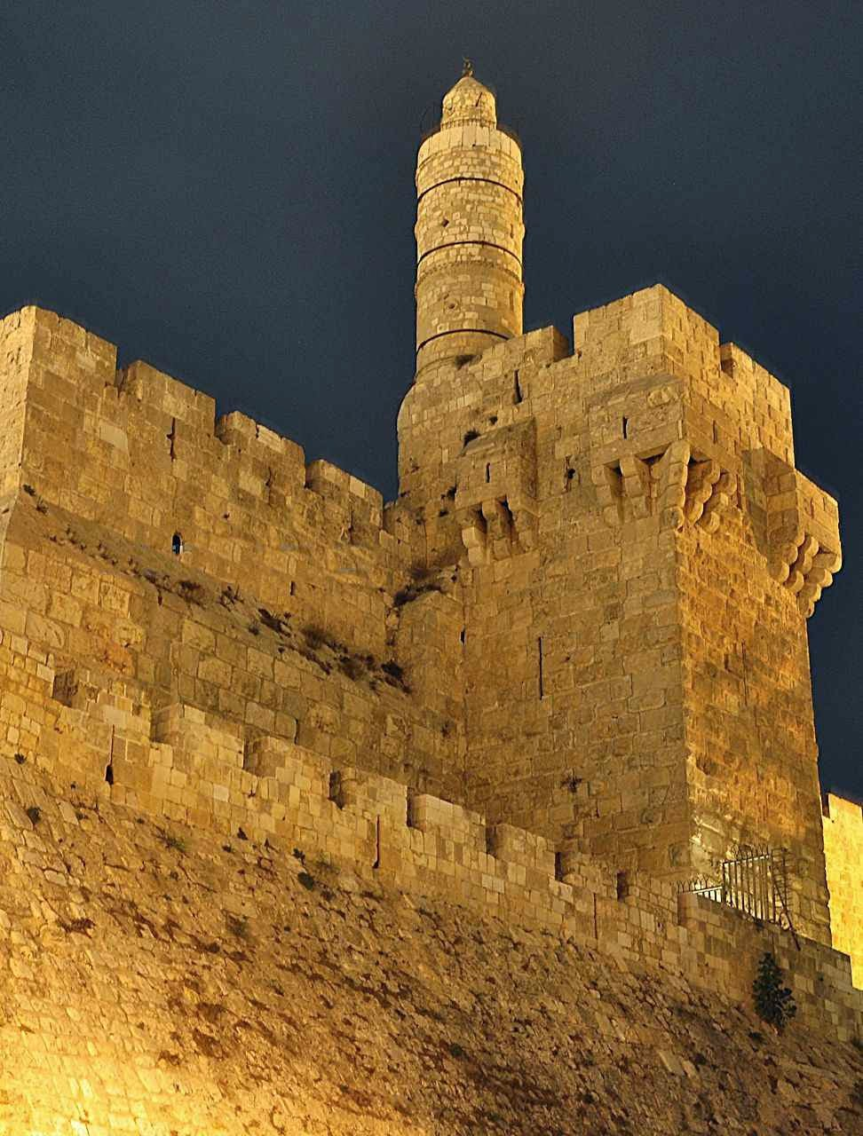 A Torre de David de construção cruzada e otomana posterior está sobre os fundamentos do Palácio de Herodes