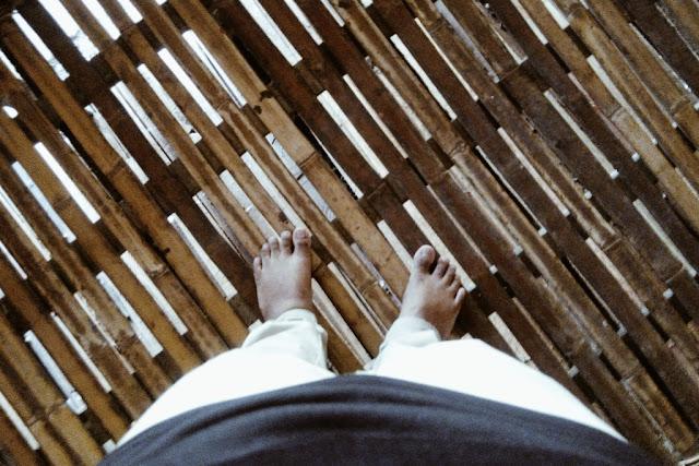 Lantai di bahagian luar rumah panjang Bidayuh