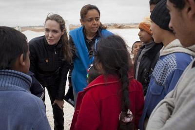 أنجلينا جولي تزور اللاجئين السوريين