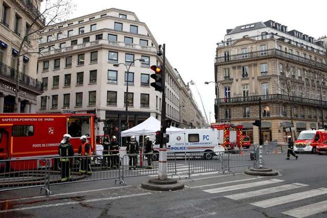 Fotografia dos bombeiros no Hotel Ritz em Paris