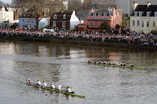 Una Regata clásica entre deportistas pertenecientes a las universidades inglesas de Oxford y Cambridge