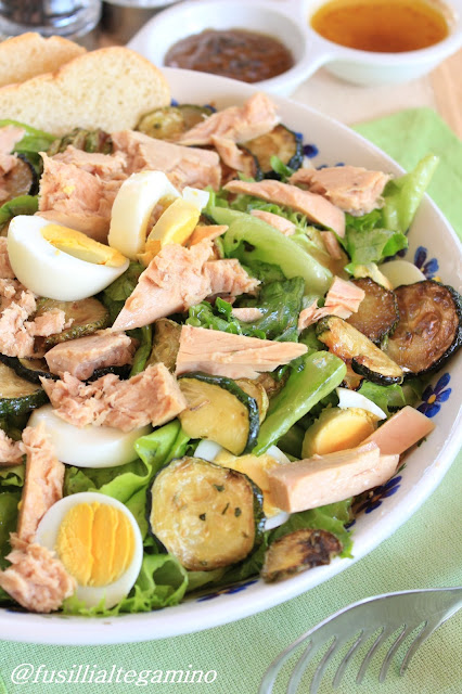 insalata verde con peperoni, feta e mandorle ed insalata verde con tonno, uova e zucchine