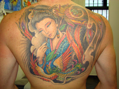 Tattoo oriental gueixa e fénix na costa
