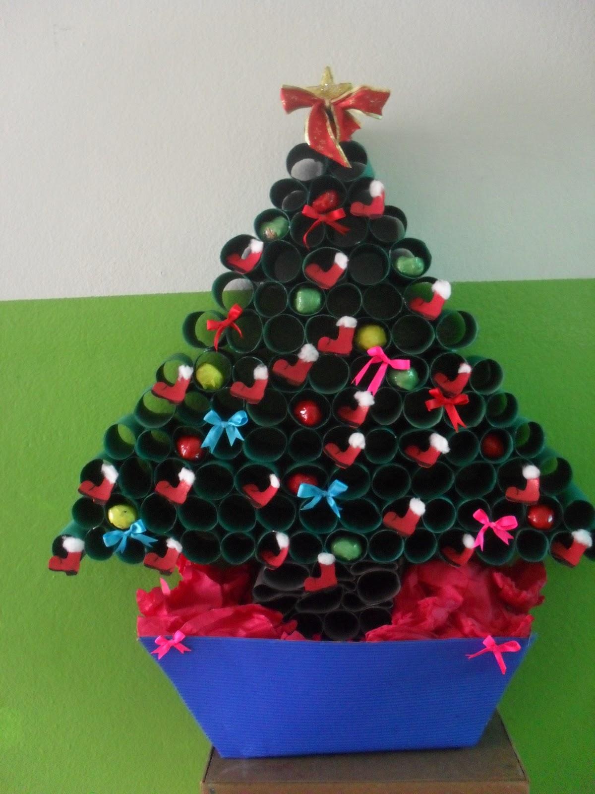 decoracao arvore de natal reciclavel : decoracao arvore de natal reciclavel:Essa foi feita com rolos de papel higiênico pintados de verde.