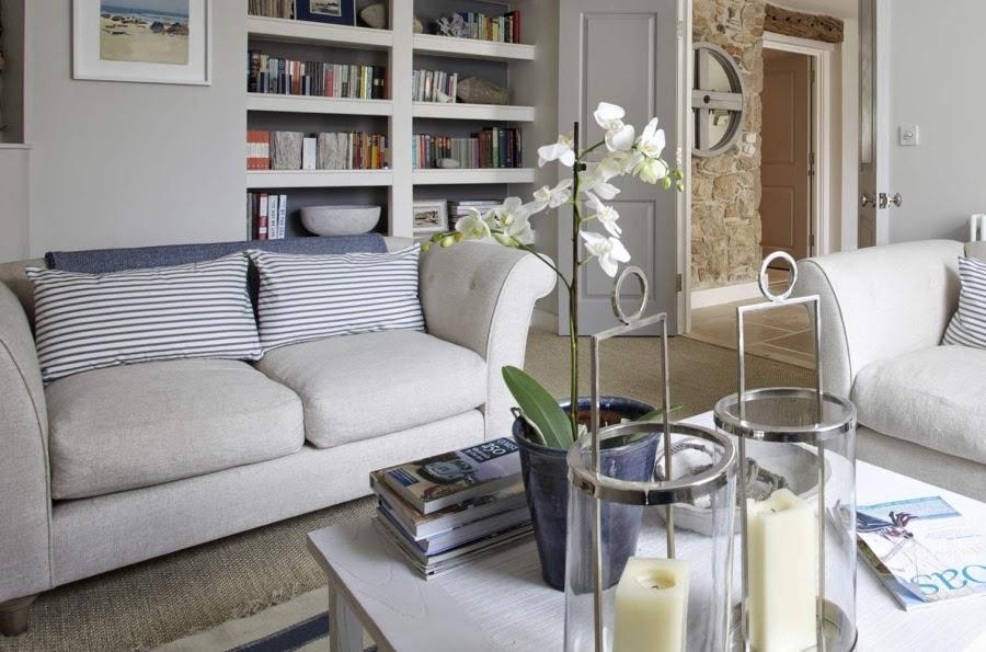 hotel, wnętrza, wystrój wnętrz, styl klasyczny, kamienna ściana, białe wnętrza, salon, kanapa, biblioteczka