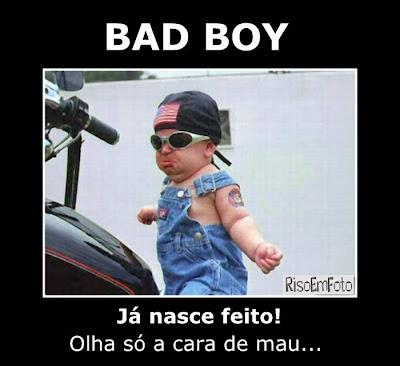 Bad Boy já nasce feito. Olhe só a cara de mau. Criança em Moto.