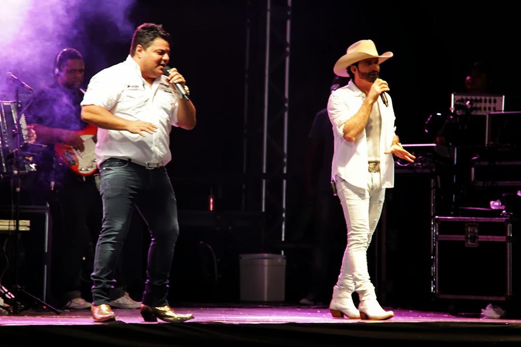 A dupla sertaneja Bento e Mariano animou a galera que compareceu à Praça Olímpica, na Várzea