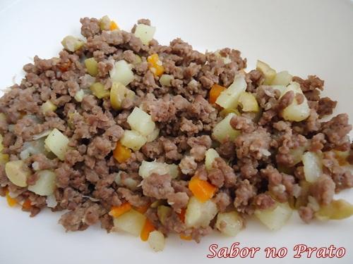 A carne moída com batata é um prato muito saboroso e muito fácil de fazer.