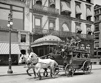 Carreta tirada por dos caballos en una ciudad