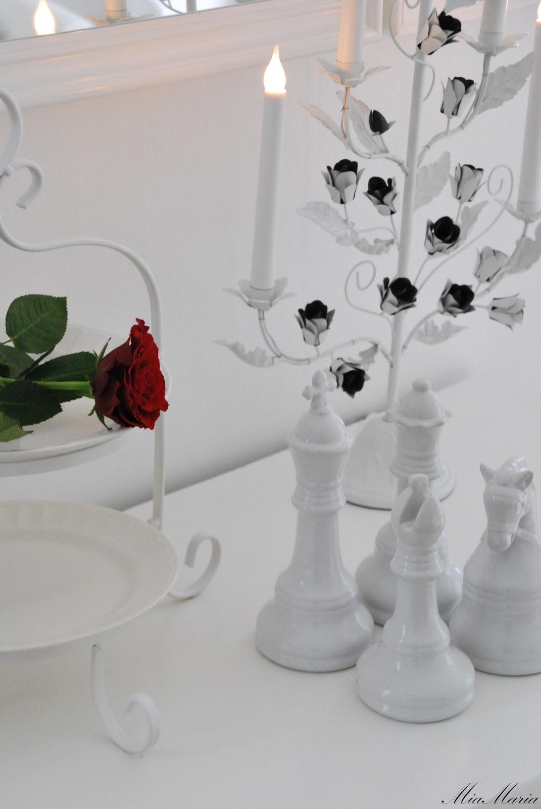 Vitt hus med vita knutar: spegel, spegel på väggen där...