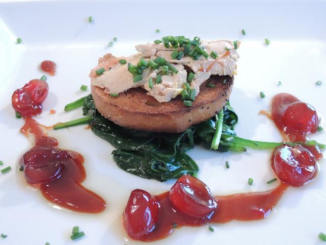 Foie gras med spinat, cocktailbær og karamell